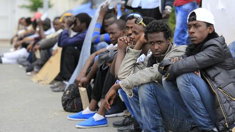 Des migrants patientent à la frontière franco-italienne à Ventimille, en juin 2015 (image d'illustration)