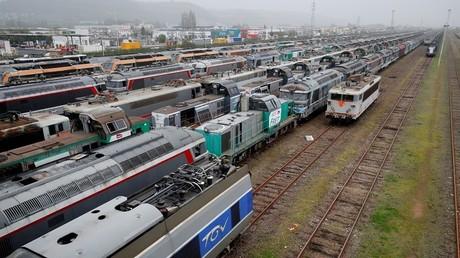 Locomotives, wagons de passagers et de fret de différentes générations à la gare de triage  Sotteville-lès-Rouen, près de Rouen en avril 2018 (illustration).