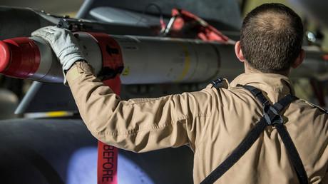 Un pilote britannique vérifie l'armement de son avion Tornado le 13 avril 2018 sur la base de Chypre, photo ©Reuters/ministère britannique de la Défense