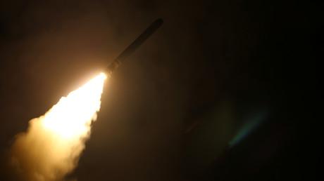 Un croiseur américain lance un missile Tomahawk le 14 avril 2018