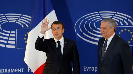 Emmanuel Macron et le président du Parlement européen, Antonio Tajani, devant l'hémicycle à Strasbourg, le 17 avril
