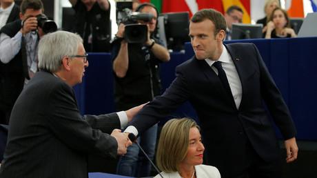 Jean-Claude Juncker serre la main d'Emmanuel Macron au Parlement européen de Strasbourg, 17 avril