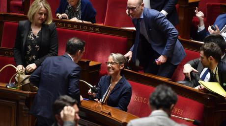 La ministre des Transports, Elisabeth Borne, tout sourire après l'adoption en première lecture, le 17 avril 2018, du projet de loi pour un Nouveau pacte ferroviaire qu'elle a défendu devant les députés.