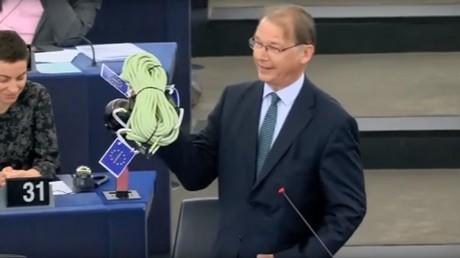 L'eurodéputé du parti belge Ecolo a remis une corde à Emmanuel Macron au Parlement européen à Strasbourg le 17 avril