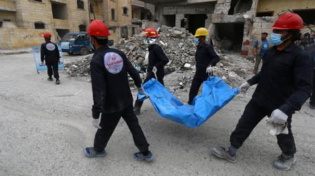 A Raqqa, des secouristes portent un cadavre dans une bâche le 17 avril 2018, photo ©Aboud Hamam/Reuters