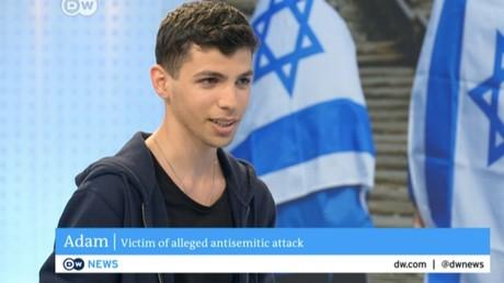 L'auteur de la vidéo, «Adam» répond à la Deutsche Welle, capture d'écran Deutsche Welle, DR