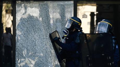 Heurts entre manifestants et forces de l'ordre à Paris, le cortège bloqué (VIDEOS)