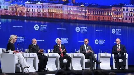 Séance plénière du Forum économique international de Saint-Pétersbourg en 2017 avec Vladimir Poutine, (au centre), le Premier ministre indien Narendra Modi (à gauche) et Christian Kern, chancelier fédéral d'Autriche (à droite de Poutine).