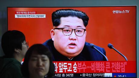 A Séoul, des gens passent devant un écran qui diffuse un discours de dirigeant nord-coréen, le 21 avril