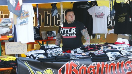 Le festival accueille plusieurs stands avec des articles néonazis