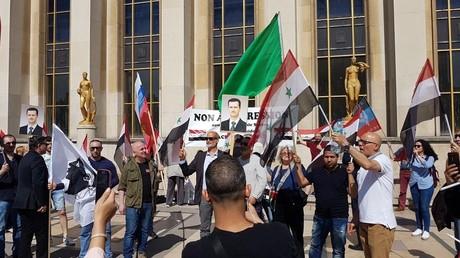 Des dizaines de personnes se sont rassemblées place du Trocadéro à Paris pour soutenir la Syrie de Bachar el-Assad, le 21 avril