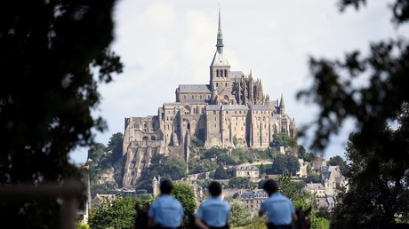 Policiers à cheval devant le Mont-Saint-Michel (photo d'illustration)