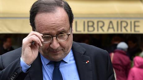 L'ancien président français François Hollande quitte une librairie de Tulle après une séance de dédicace, le 14 avril 2018
