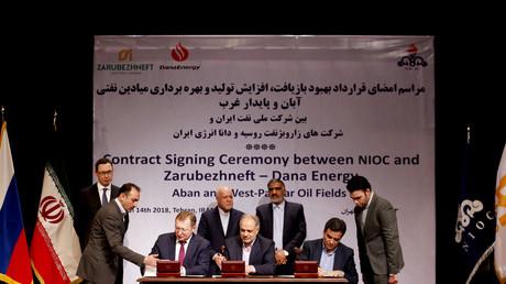 Le ministre iranien du Pétrole, Bijan Namdar Zanganeh (arrière-g.), Sergueï Koudriachov, directeur général de Zaroubejneft (avant-g.) et Mohammad Iravani PDG de Dana energy (devant-d.) signent un accord de coopération pétrolière à Téhéran, le 14 mars 2018 (illustration).
