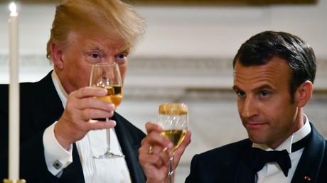 Donald Trump et Emmanuel Macron portent un toast, lors du dîner en l'honneur de la visite du président français à Washington, le 24 avril 2018 à la Maison Blanche.