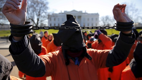 Des manifestants protestent en 2016 devant la Maison Blanche contre l'utilisation de la torture, illustration ©Jonathan Ernst/Reuters