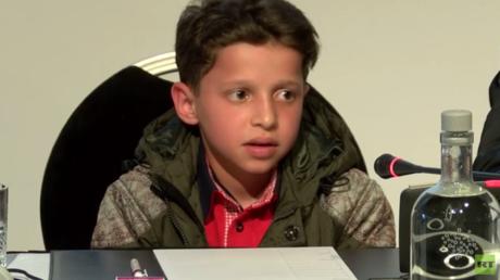 Hassan Diab, jeune Syrien de 11 ans, qui apparaît dans la vidéo de l'attaque chimique présumée de Douma, témoigne lors d'une conférence de presse à La Haye, organisée le 26 avril par la mission russe à l'OIAC