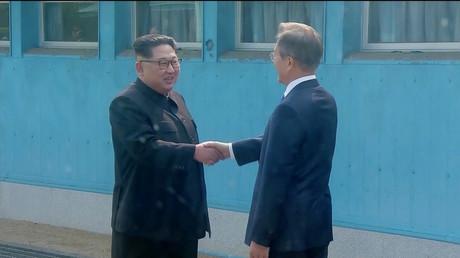 Le dirigeant nord-coréen Kim Jong Un serre la main du président sud-coréen Moon Jae In, le 27 avril à Panmunjeom