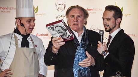 L'acteur français Gérard Depardieu participe à un atelier de cuisine au supermarché Auchan pour la promotion de sa gamme de produits alimentaires, à Moscou le 27 avril 2018.
