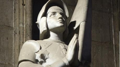 Malgré la polémique, la première Jeanne d'Arc métisse a reçu son épée à Orléans (IMAGES)