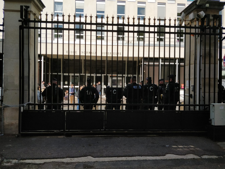 Monument aux morts tagué, dégradations : des bloqueurs occupent l'Ecole normale supérieure (PHOTOS)