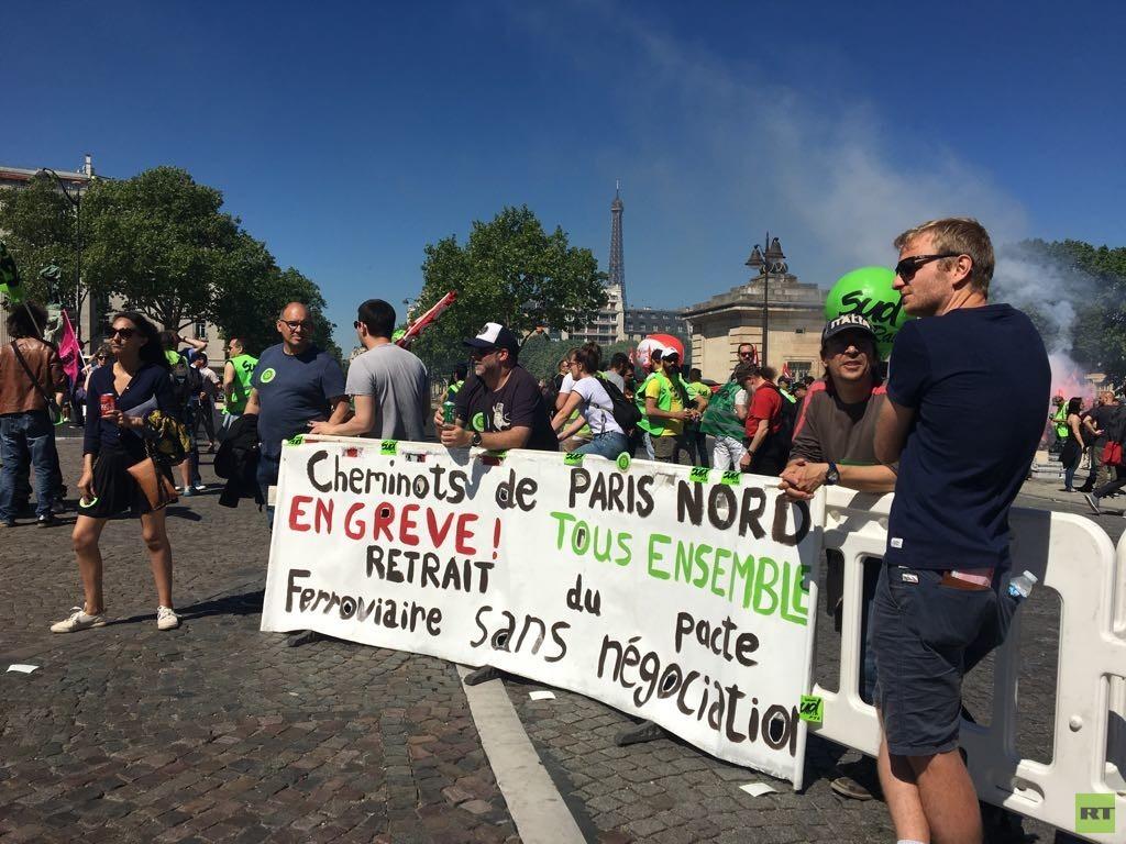 Paris : des cheminots tentent d'envahir la gare de Montparnasse, la police intervient (VIDEOS)