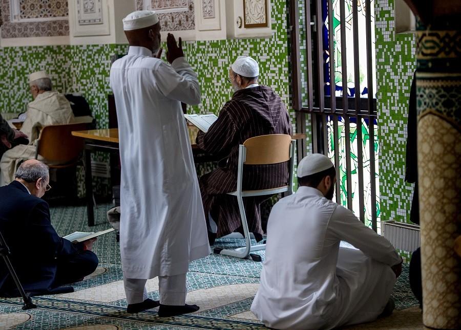 seriez vous d 39 accord d 39 expulser les musulmans une cam ra cach e belge devient virale rt. Black Bedroom Furniture Sets. Home Design Ideas