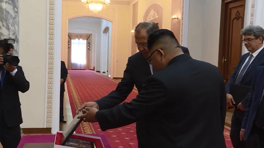 Le chef de la diplomatie russe Sergueï Lavrov invite Kim Jong-un à venir en Russie