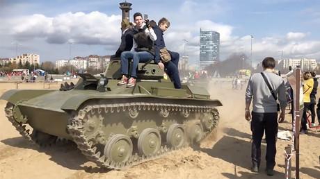 Un char soviétique passe sur trois personnes lors d'une démonstration en Russie (VIDEO CHOC)