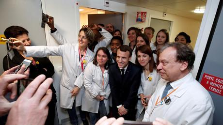 Emmanuel Macron prend la pose pour un portrait avec des chercheurs à l'institut Curie, 29 mars 2018, illustration