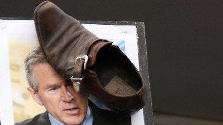 George Bush et une chaussure