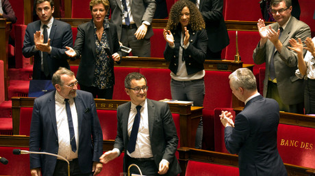 Gérald Darmanin applaudi par les membres du groupe présidentiel à l'Assemblée, octobre 2017, illustration