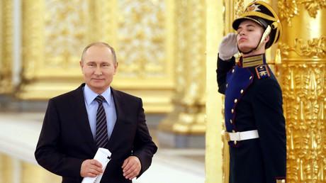 Réélu en mars avec 77% des voix et une participation de 68%, Vladimir Poutine entame officiellement ce 7 mai, un quatrième mandat présidentiel qui se prolongera jusqu'en 2024.