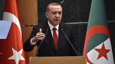 Le président turc Recep Tayyip Erdogan prononce un discours lors d'un forum économique dans la capitale algérienne, Alger, le 27 février 2018