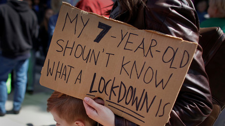 Un manifestant tient une pancarte lors d'une manifestation exigeant le contrôle des armes à feu à Sacramento, en Californie