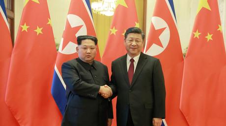 Le dirigeant nord coréen Kim Jong Un et le président chinois Xi Jinping à Pékin, le 28 mars dernier (image d'illustration)