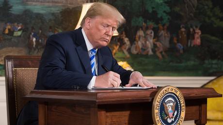 Le président américain Donald Trump signant la proclamation déclarant son intention de se retirer de l'accord nucléaire iranien