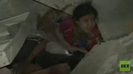 Un enfant sort des décombres suite à un bombardement de la coalition arabe à Sanaa au Yémen, le 6 mai
