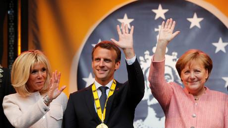 Emmanuel Macron, son épouse et Angela Merkel à Aix-la-Chappelle