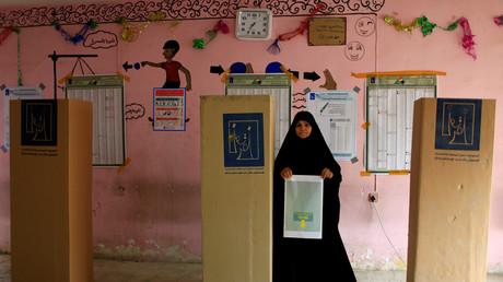 Une femme irakienne dans un bureau de vote de Sadr, à Bagdad, lors des élections législatives du 12 mai 2018