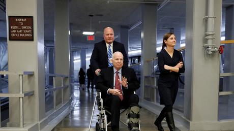 «Il va mourir de toute façon»: polémique après les propos d'une conseillère de Trump sur John McCain
