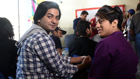 Des étudiants pakistanais attendent un cours dans la première école transgenre à Lahore, le 21 avril 2018.