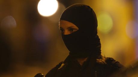 Une policière surveille le périmètre de sécurité mis en place autour du lieu de l'attaque terroriste survenue le 12 mai 2018 à Paris