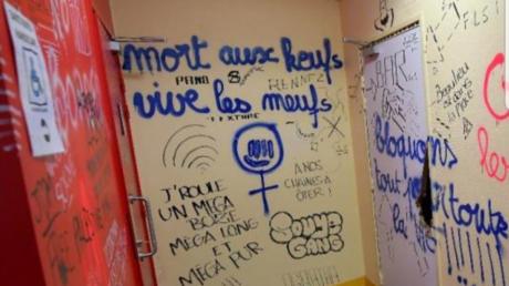 Capture d'écran Twitter : la décoration de Rennes 2 revue et corrigée par les bloqueurs