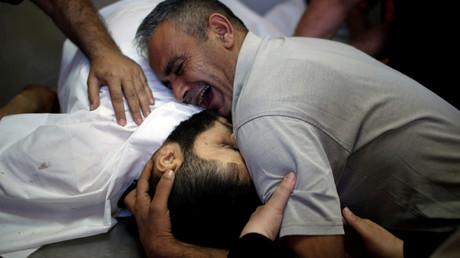 A Gaza, un Palestinien pleure son frère, tué le 14 mai 2018