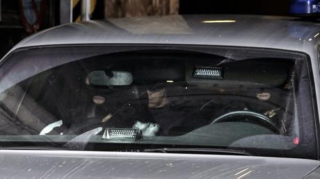Des policiers belges quittent le Palais de justice de Bruxelles en voiture après la comparution de Hamza Attou et Mohamed Amri, arrêtés dans le cadre des attentats du 13 novembre à Paris