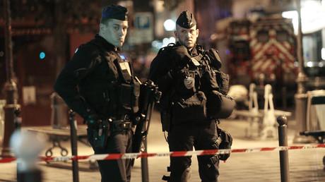 Des policiers montent la garde après l'attaque au couteau à Paris le 12 mai 2018, photo ©Geoffroy VAN DER HASSELT / AFP