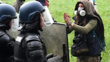 Un zadiste face aux forces de l'ordre à Notre-Dame-des-Landes, le 13 avril