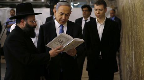 Yair Netanyahou (à droite) en compagnie de son père Benjamin Netanyahou, Premier ministre d'Israël depuis 2009, le 18 mars 2015 Jérusalem. (image d'illustration)