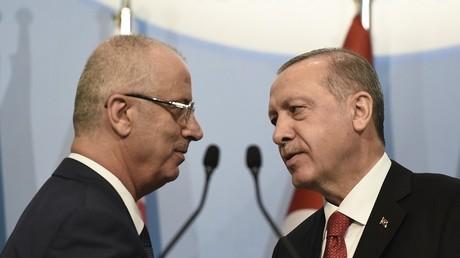 Le Premier ministre palestinien Rami Al Hamdallah et le président turc Recep Erdogan lors du sommet de l'Organisation de la coopération islamique a Istanbul, le 18 mai